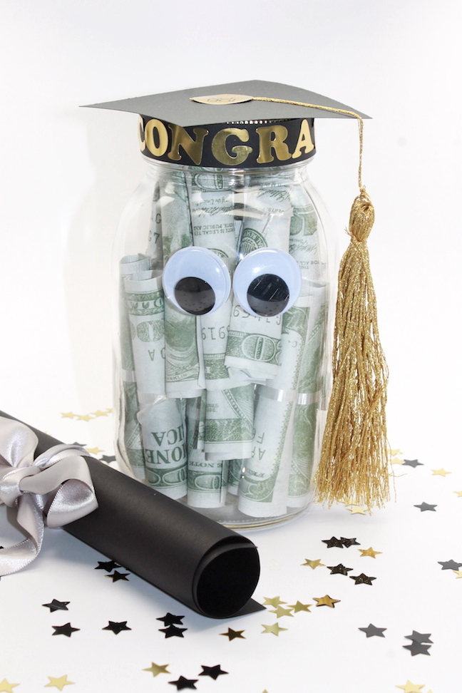 DIY Graduation Mason Jar Party Favors and Grad Gift Craft + free printable - handmadebykelly.com; onlinelabels.com