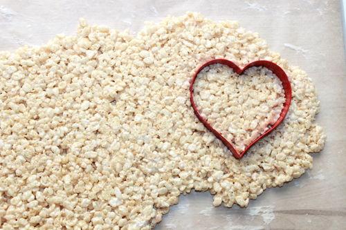Valentine's Day Rice Krispy Treat Heart Pops; handmadebykelly.com; thestir.com