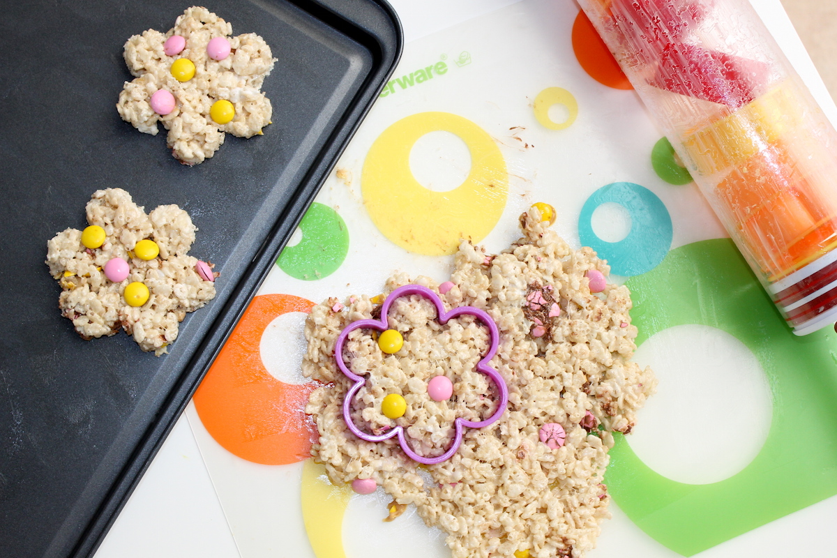 Rice Krispy Treat Spring Flowers + Free Printable; onlinelabels.com; handmadebykelly.com