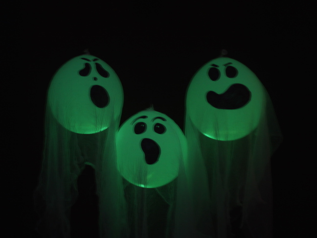DIY glow in the dark ghosts handmadebykelly.com/momtastic.com